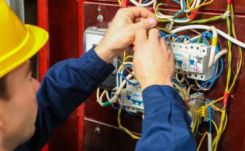 électricien répare fils