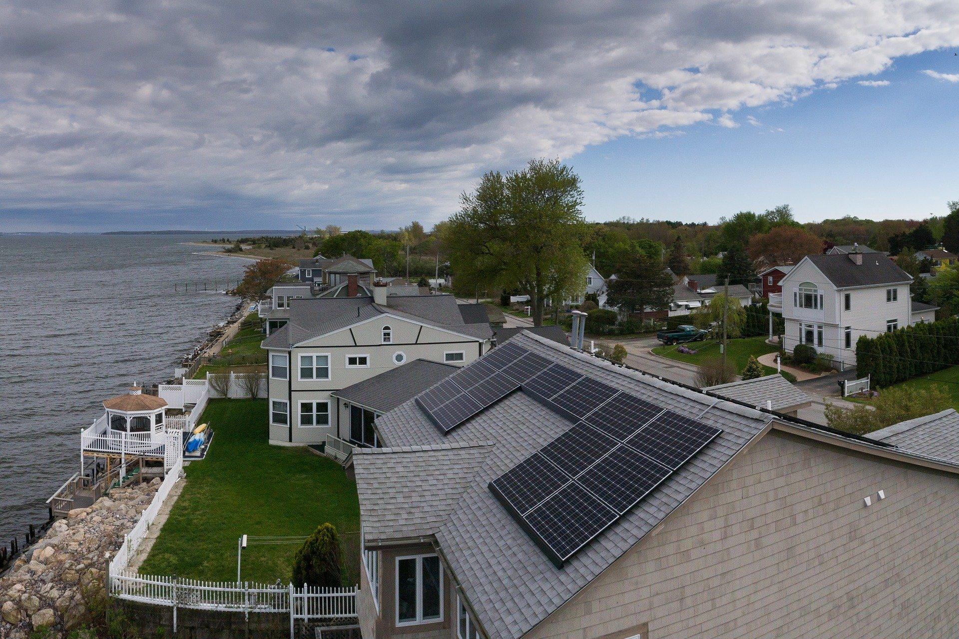 Optez pour un petit panneau solaire si vous souhaitez simplement utiliser cette énergie pour votre éclairage domestique. Ou alors, installez plusieurs panneaux puissants qui prendront en charge la totalité de votre besoin en électricité : éclairage, appareils ménagers, multimédias etc
