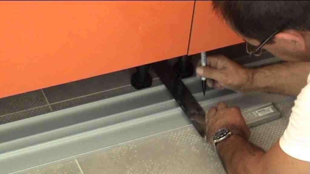 Comment mettre les plinthes cuisine ?