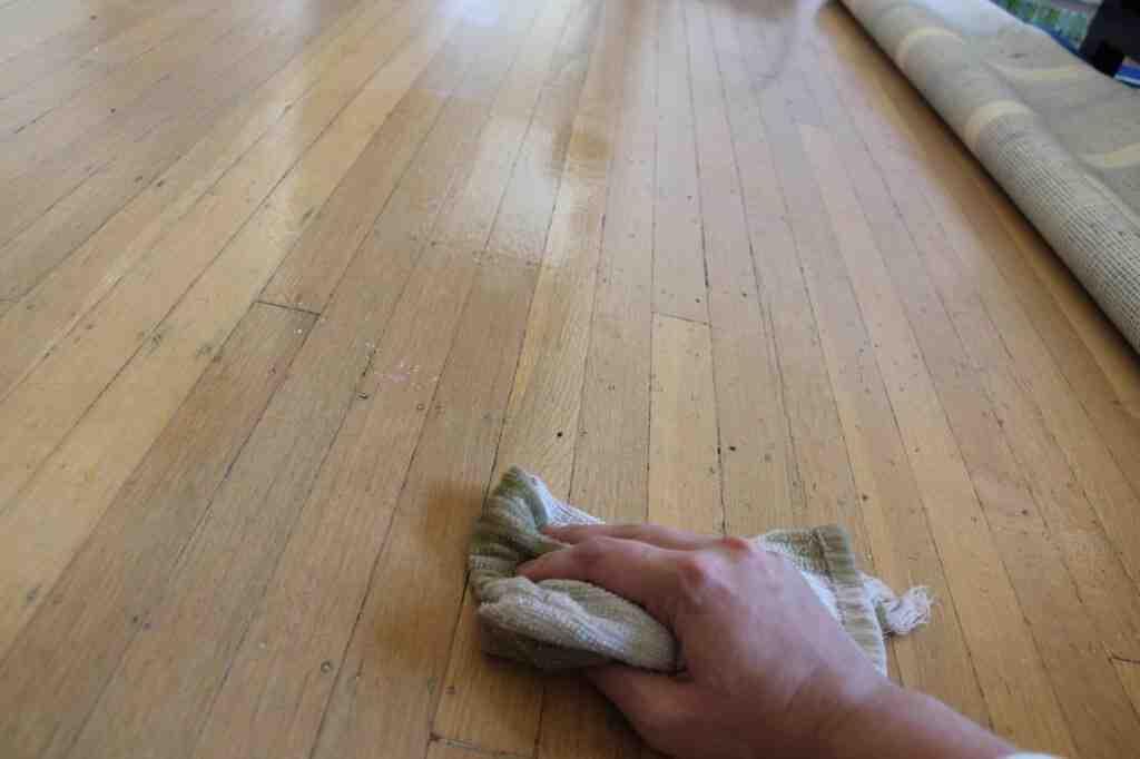 Comment nettoyer un parquet sans laisser de traces ?