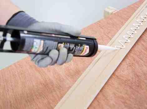 Quelle colle pour fixer des plinthes ?